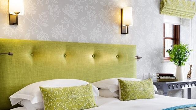 Oświetlenie łóżka w hotelu
