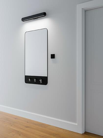 Kinkiet LED nad lustro w korytarzu