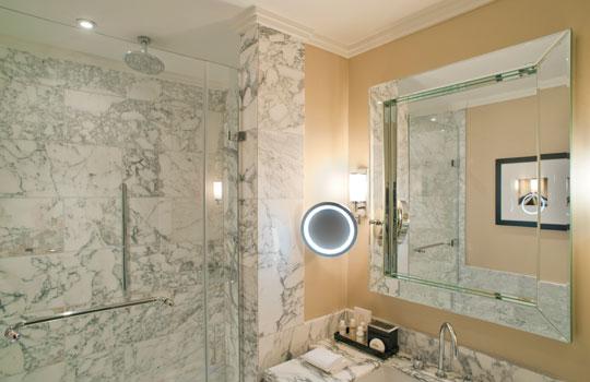 Oświetlenie łazienki w hotelu