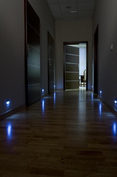 skoff2 Oświetlenie schodów i korytarzy lampkami LED