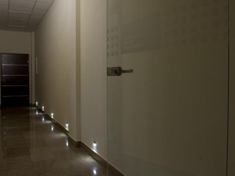 skoff3 Oświetlenie schodów i korytarzy lampkami LED