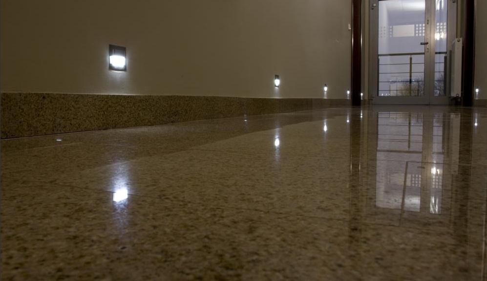 skoff4 Oświetlenie schodów i korytarzy lampkami LED